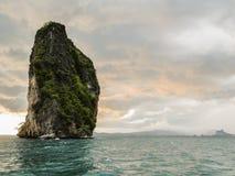 Roccia del calcare nel mare delle Andamane. colpo del paesaggio Fotografie Stock Libere da Diritti