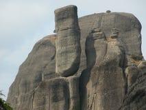 Roccia del conglomerato che equilibra rischioso, Meteora, Kalabaka, Grecia fotografia stock libera da diritti