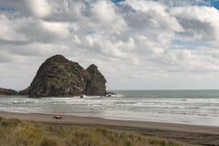 Roccia del coniglio alla spiaggia di Piha veduta lungo dalla spiaggia Fotografie Stock Libere da Diritti