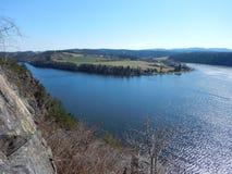 Roccia del granito sopra il fiume della Moldava alla diga slapy in repubblica Ceca Immagine Stock