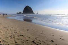 Roccia del mucchio di fieno in spiaggia del cannone, attrazione turistica nell'Oregon fotografie stock