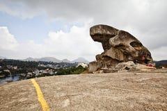 Roccia del rospo su una collina al supporto Abu, distretto di Sirohi, Ragiastan, Indi immagini stock