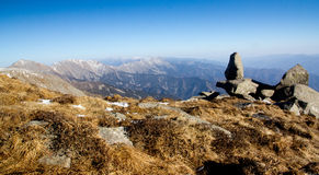 Roccia dell'allerta sull'alta montagna Immagini Stock