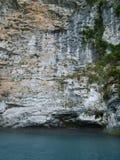 Roccia dell'alta montagna vicino al lago Fotografia Stock Libera da Diritti