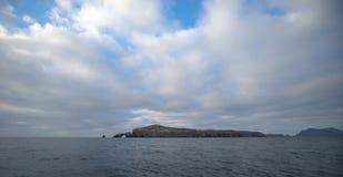 Roccia dell'arco e faro dell'isola di Anacapa del parco nazionale delle isole del canale fuori dalla Gold Coast di California Sta immagini stock