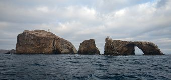 Roccia dell'arco e faro dell'isola di Anacapa del parco nazionale delle isole del canale fuori dalla Gold Coast di California Sta immagini stock libere da diritti