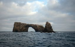 Roccia dell'arco dell'isola di Anacapa del parco nazionale delle isole del canale fuori dalla Gold Coast di California Stati Unit fotografie stock