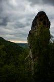 Roccia dell'arenaria con le nuvole Fotografia Stock