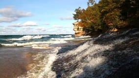 Roccia della cappella al cittadino rappresentato delle rocce Lakeshore, il Michigan stock footage