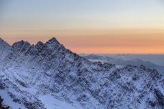 Roccia della cima della montagna nelle alpi francesi al tramonto Fotografie Stock Libere da Diritti