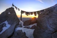 Roccia della cima della montagna nelle alpi francesi al tramonto Fotografie Stock