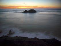 Roccia della guarnizione al tramonto Immagini Stock