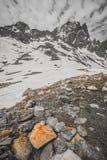 Roccia della montagna di Snowy Fotografie Stock