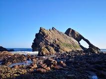 Roccia delle fiddle dell'arco a bassa marea fotografie stock