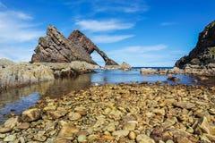 Roccia delle fiddle dell'arco a Portknockie, Scozia immagini stock libere da diritti