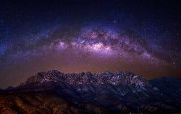 Roccia di bawi di Ulsan con la galassia della Via Lattea sulle montagne nell'inverno, Corea di Seoraksan immagine stock