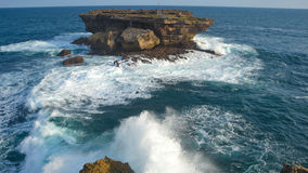 Roccia di colpi delle onde Fotografia Stock Libera da Diritti
