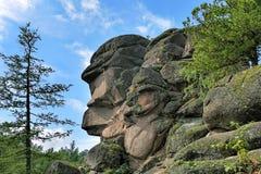 Roccia di Ded nel santuario della natura di Krasnojarsk Stolby, Russia fotografie stock libere da diritti