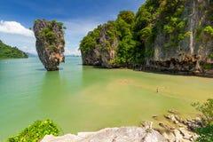 Roccia di Ko Tapu sulla baia di Phang Nga in Tailandia Immagini Stock Libere da Diritti