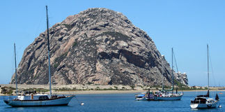Roccia di Morro con le barche Fotografia Stock Libera da Diritti