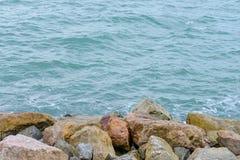 Roccia di pietra accanto al mare fotografia stock