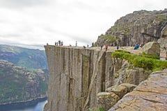 Roccia di Preikestolen in Lysefjord, Norvegia il giorno nuvoloso tipico Immagini Stock