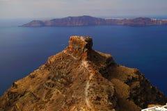 Roccia di Skaros con la vista panoramica della caldera in Santorini immagine stock libera da diritti