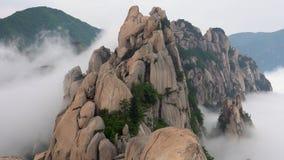 Roccia di Ulsanbawi Montagna nel parco nazionale di Seoraksan, Corea del Sud archivi video