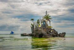 Roccia di Willys, situata sulla spiaggia bianca famosa, isola di Boracay, Filippine Immagine Stock