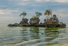 Roccia di Willys, situata sulla spiaggia bianca famosa, isola di Boracay, Filippine Fotografie Stock Libere da Diritti