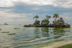 Roccia di Willys, situata sulla spiaggia bianca famosa, isola di Boracay, Filippine Fotografia Stock
