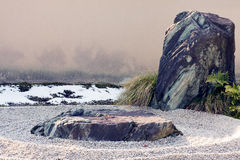 Roccia di zen e caratteristica rastrellata di paesaggio della ghiaia. Immagine Stock