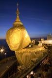 Roccia dorata alla notte Fotografie Stock Libere da Diritti