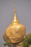 Roccia dorata ben nota che è un sito buddista di pellegrinaggio nello stato di lunedì, Birmania Fotografie Stock Libere da Diritti
