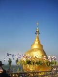 Roccia dorata, pagoda di Kyaikhtiyo, viaggio Myanmar fotografia stock libera da diritti