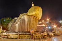 Roccia dorata, pagoda di Kyaiktiyo, sito religioso nel Myanmar Fotografia Stock