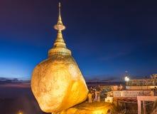 Roccia dorata, pagoda di Kyaiktiyo, sito religioso nel Myanmar Immagini Stock Libere da Diritti
