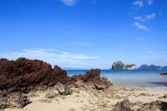 Roccia e cielo blu rossi, bassa marea Immagini Stock