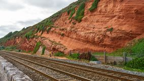 Roccia e ferrovia rosse nel labirinto di Dawlish, Devon immagine stock