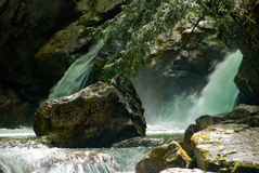 Roccia e la cascata Fotografie Stock Libere da Diritti