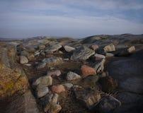 Roccia e massi dei colori differenti con cielo blu immagini stock libere da diritti