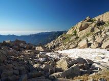 Roccia e neve selvagge nel paesaggio della montagna Immagini Stock Libere da Diritti