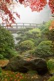 Roccia e ponticello al giardino giapponese Immagini Stock Libere da Diritti