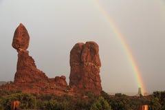 Roccia e Rainbow equilibrati Fotografie Stock Libere da Diritti