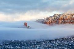 Roccia e Sedona del camino ad alba dopo le precipitazioni nevose Fotografie Stock Libere da Diritti