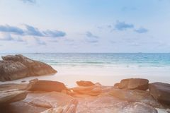 Roccia e spiaggia di sabbia sull'orizzonte della costa di mare Fotografie Stock Libere da Diritti