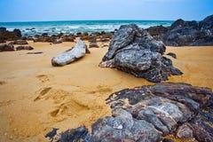 Roccia e spiaggia sabbiosa Immagini Stock Libere da Diritti