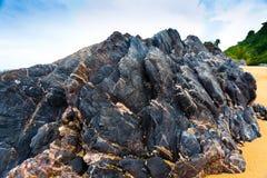 Roccia e spiaggia sabbiosa Fotografia Stock