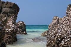 Roccia e spiaggia tropicale Fotografie Stock