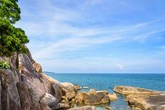 Roccia ed il mare blu a Koh Samui fotografie stock
